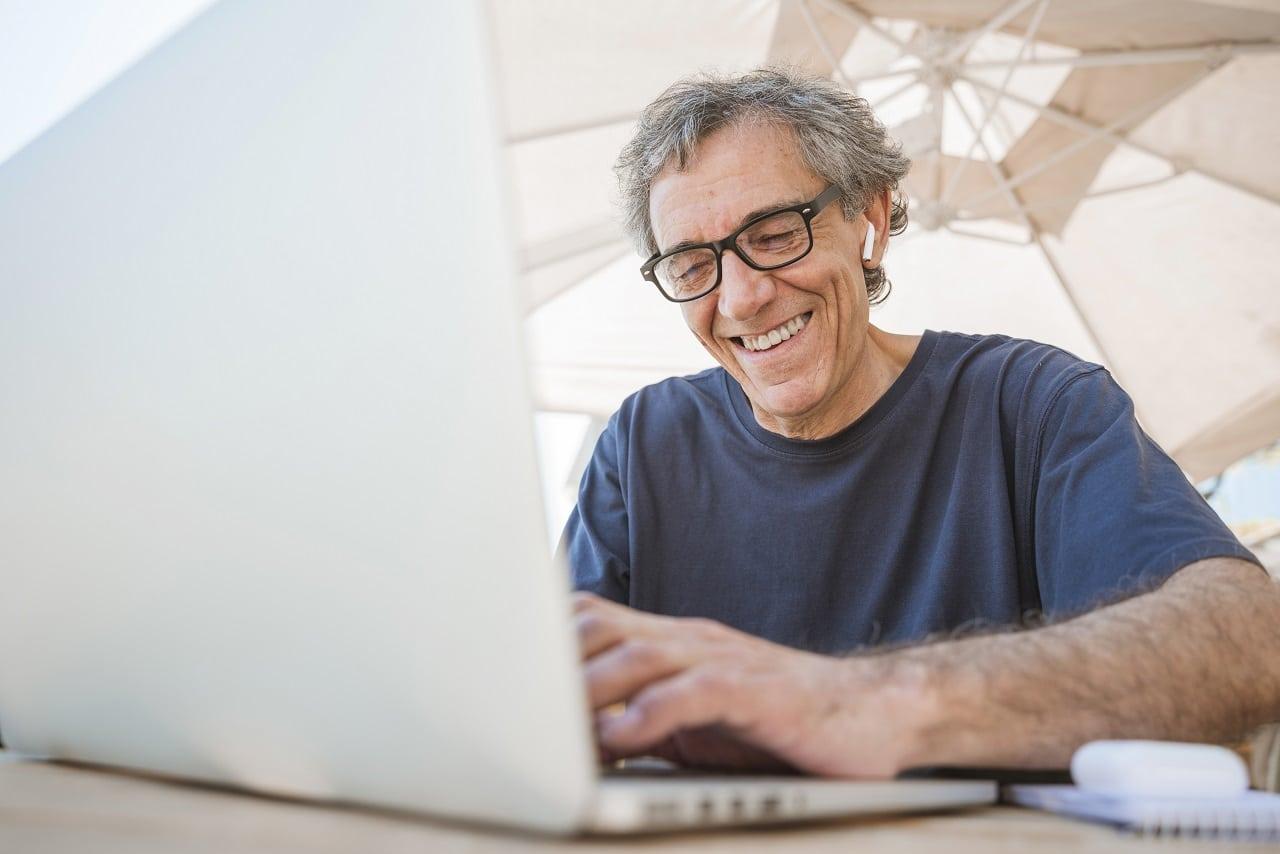 Praca dla seniora – jak zdobyć i gdzie szukać ofert pracy?